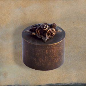 Mini urn van brons met 2 rozen inhoud is 0,05 liter