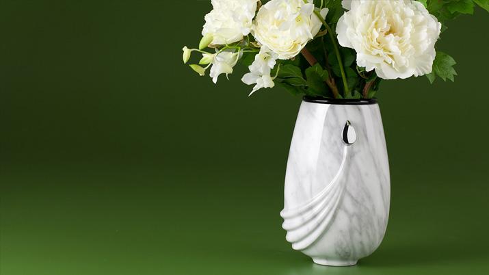 Natuursteen vaas met aders wit voor op het graf