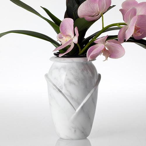 Grafvaas voorbeeld met bloemen natuursteen