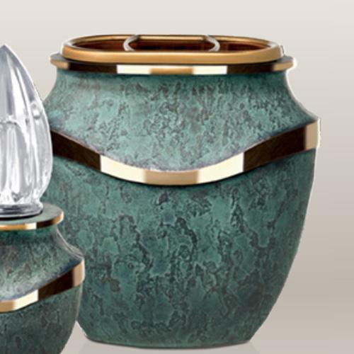 Groen grafvaas van brons voor grafmonument
