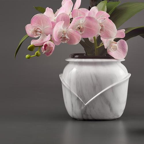 Grafvaas met bloemen met v vorm